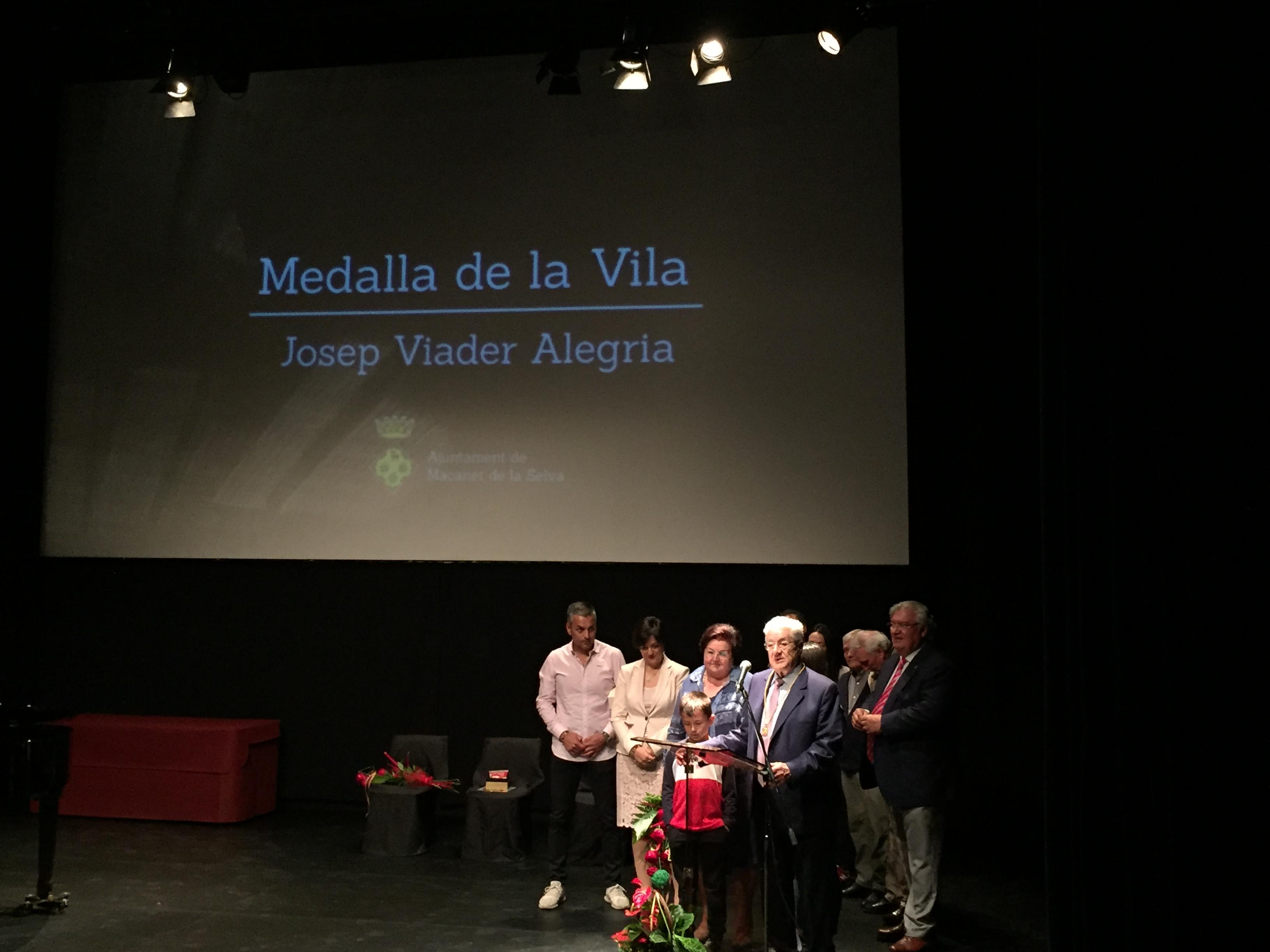 Josep Mª Viader recibe la medalla de la vila de Maçanet de la Selva.