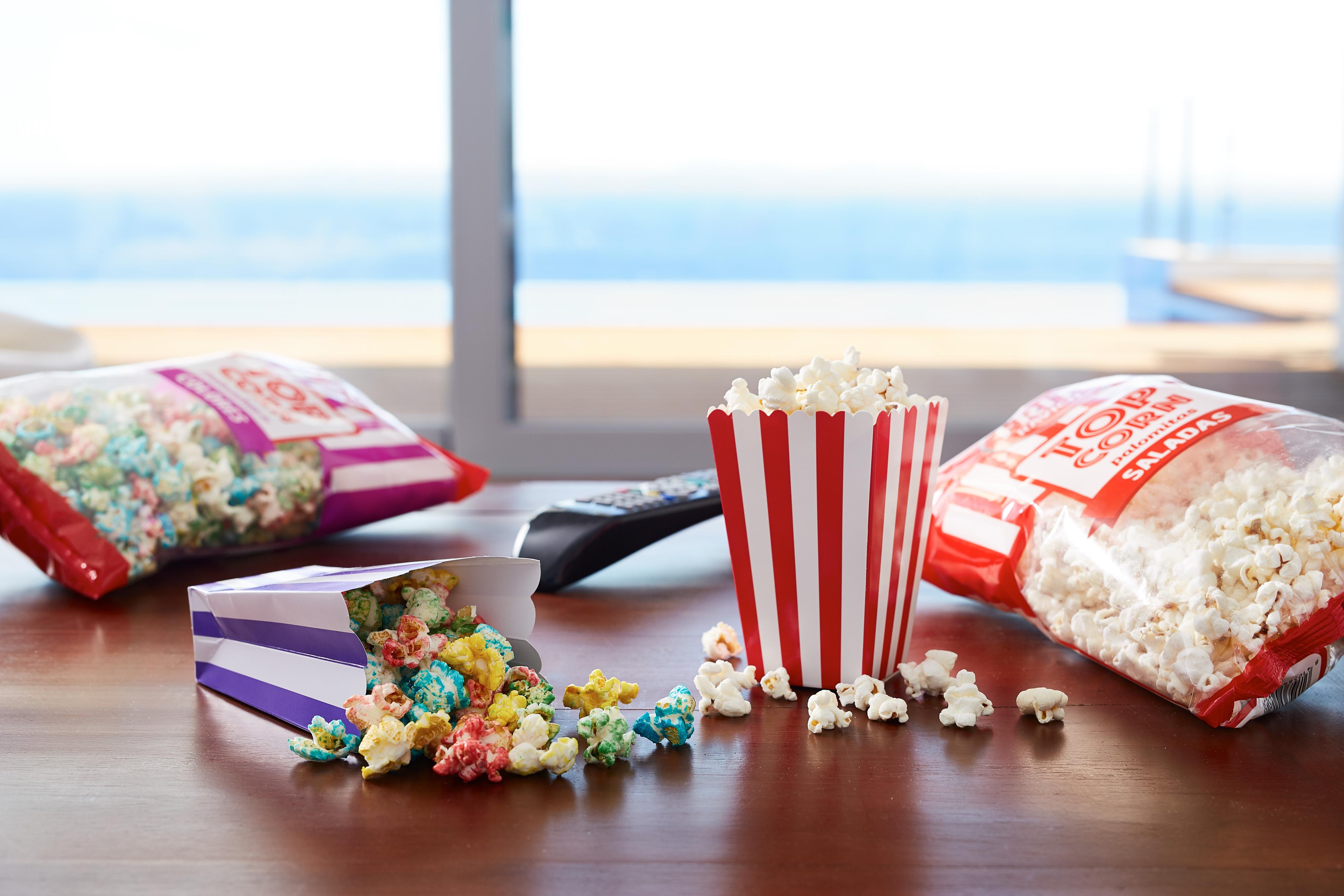 5 películas para una tarde de verano. Mesilla con vistas al mar con palomitas Top Corn de Frit Ravich